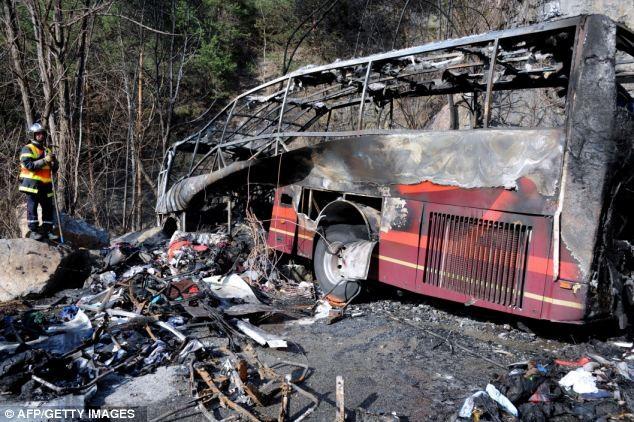 Hành khách thoát chết thần kỳ sau khi xe bus lao xuống vực ảnh 2