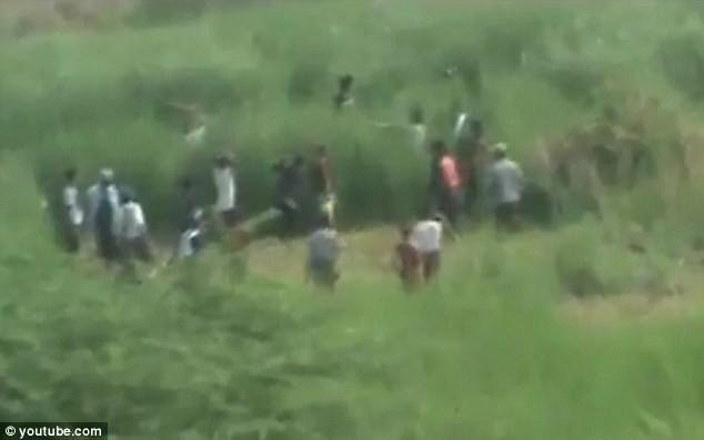Myanmar: Cảnh sát nhìn người dân bị thiêu sống trong bạo loạn ảnh 2