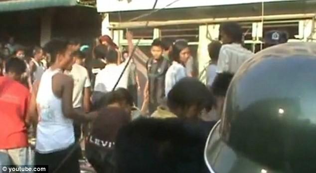 Myanmar: Cảnh sát nhìn người dân bị thiêu sống trong bạo loạn ảnh 3