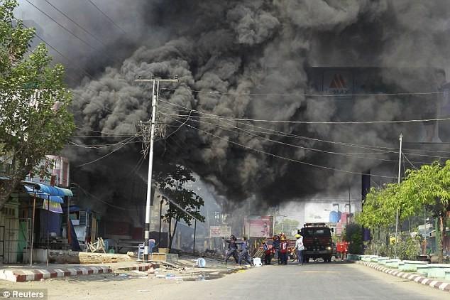 Myanmar: Cảnh sát nhìn người dân bị thiêu sống trong bạo loạn ảnh 4