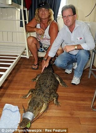 Thợ câu sợ chết khiếp khi buộc phải qua đêm cùng cá sấu ảnh 1