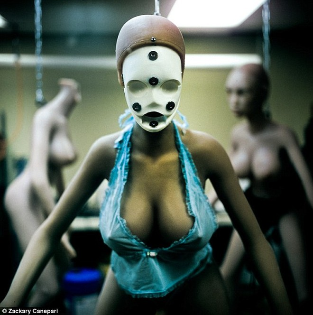 Đột nhập xưởng sản xuất búp bê tình dục ảnh 2