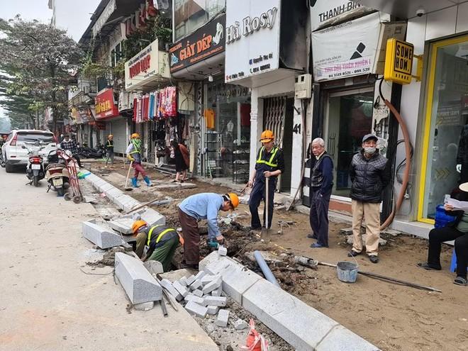 Cải tạo vỉa hè phố Khâm Thiên: Thi công gọn gàng, không để xảy ra tình trạng đá lát vỡ, hỏng ảnh 1