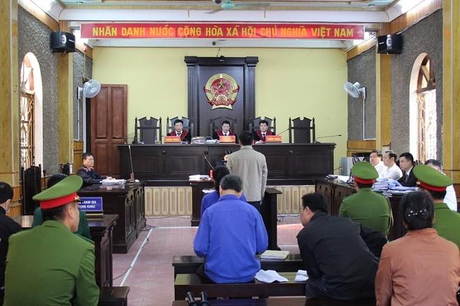 Bị cáo vụ gian lận điểm thi ở Sơn La kêu oan về chuyện đưa hối lộ ảnh 1