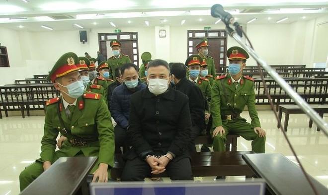"""Hơn 500 bị hại """"đội rét"""" đến phiên tòa vụ Liên kết Việt lừa đảo ảnh 3"""