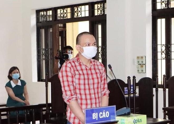 Vào tù vì lây nhiễm COVID-19 cho người khác và gây rối trật tự công cộng ảnh 1