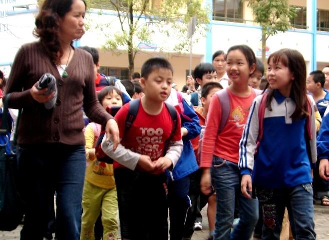 Học sinh Hà Nội đi học trở lại sau một ngày nghỉ tránh bão ảnh 1