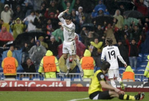 Giúp Real thắng trận 3-0, Ronaldo san bằng kỷ lục của Messi ảnh 1