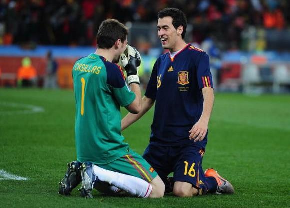 Casillas muốn tát vào mặt Busquets ảnh 1