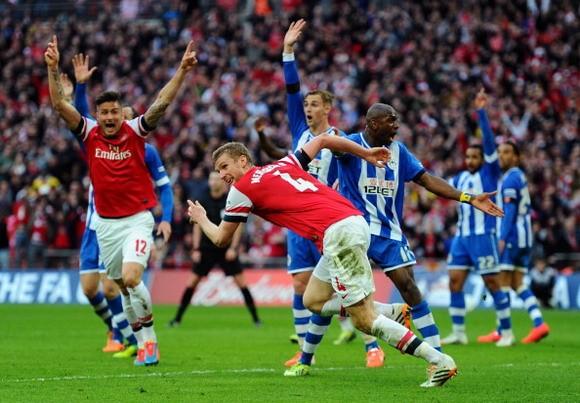 Wigan 1-1 Arsenal (penalty 2-4): Fabianski đưa Pháo Thủ vào chung kết ảnh 3