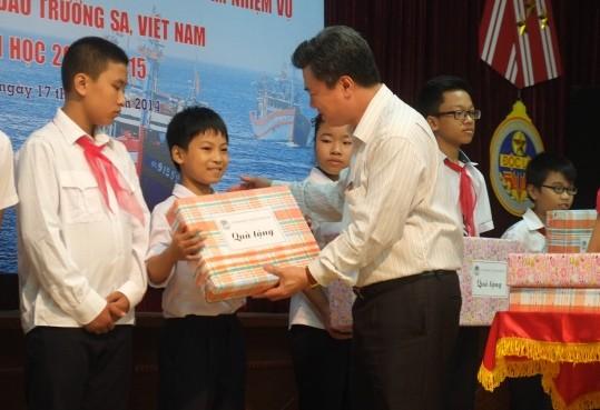 87 học sinh con CBCS trên quần đảo Trường Sa được tặng quà năm học mới ảnh 2