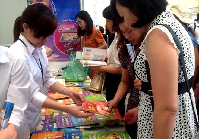 Phụ huynh sốc vì giá sách giáo khoa mới, Bộ GD-ĐT nghiêm cấm nhà trường ép mua sách tham khảo ảnh 1