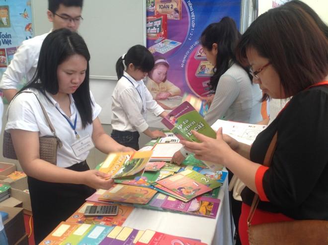 Phụ huynh không mua được sách giáo khoa cho con, nhà xuất bản phải điều sách từ địa phương khác về Hà Nội ảnh 1