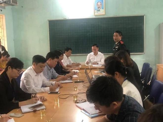Cô giáo Nguyễn Thị Tuất làm công tác phổ cập giáo dục trong quá trình thanh tra tại trường Sài Sơn B ảnh 1
