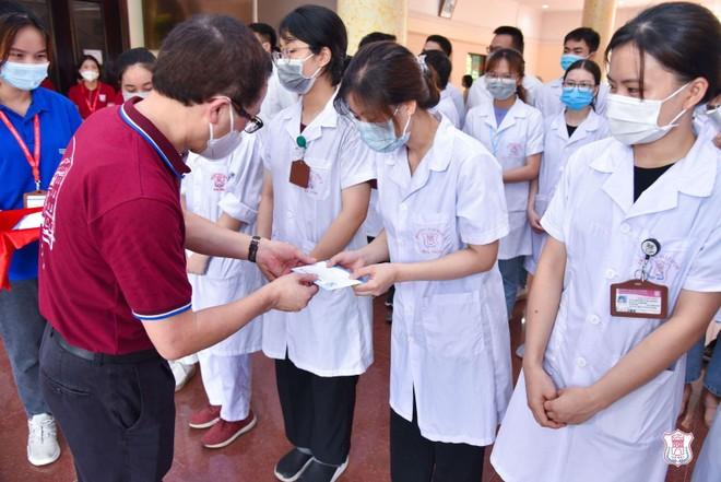 Sinh viên, giảng viên Đại học Y Hà Nội chi viện lần thứ ba cho tâm dịch trong vòng 10 ngày ảnh 1