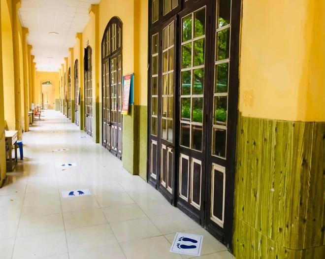 Hà Nội mưa to đầu giờ sáng, hơn 93.000 thí sinh lớp 10 thi môn đầu tiên ảnh 1