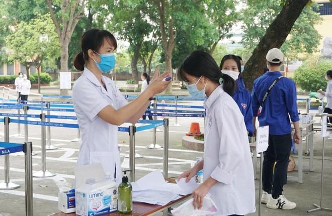 Thi lớp 10 Hà Nội: 269 thí sinh vắng mặt, 2 trường hợp bị đình chỉ thi ảnh 1