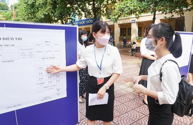 Hà Nội mưa to đầu giờ sáng, hơn 93.000 thí sinh lớp 10 thi môn đầu tiên ảnh 2