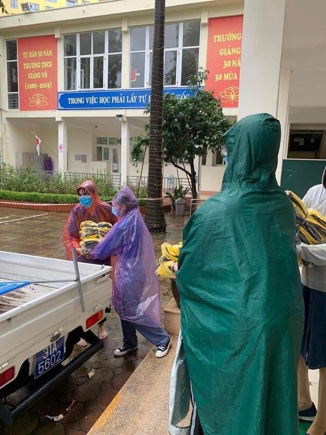 Hà Nội: Kịp thời tặng 100 bộ đồng phục cho thí sinh ướt sạch vì mưa lớn đúng giờ thi lớp 10 ảnh 2