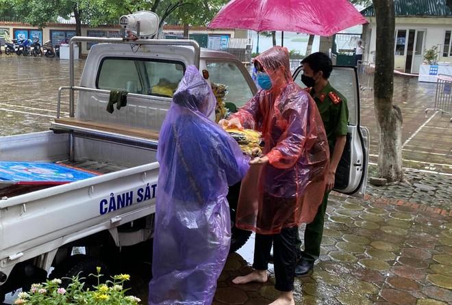 Hà Nội: Kịp thời tặng 100 bộ đồng phục cho thí sinh ướt sạch vì mưa lớn đúng giờ thi lớp 10 ảnh 1