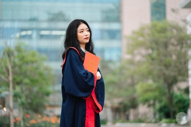 Nữ sinh chuyên Văn THPT chuyên Hà Nội Amsterdam thủ khoa tốt nghiệp THPT với 2 điểm 10 tuyệt đối ảnh 1
