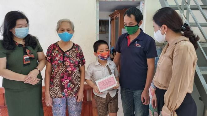 Tuần đầu năm học, Hà Nội tặng hơn 2.300 thiết bị hỗ trợ học trực tuyến cho học sinh khó khăn ảnh 1