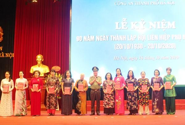 Phụ nữ Công an Thủ đô đã góp phần vào chiến công chung của Công an thành phố ảnh 2
