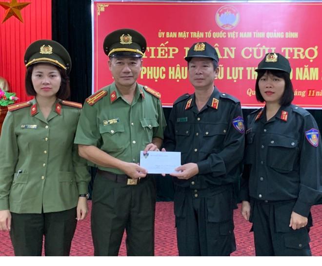 Bộ Tư lệnh CSCĐ ủng hộ gia đình cán bộ, chiến sĩ CAND trong vùng lũ ảnh 2