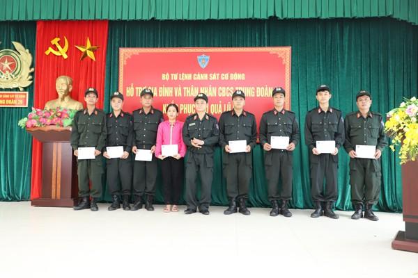 Bộ Tư lệnh CSCĐ ủng hộ gia đình cán bộ, chiến sĩ CAND trong vùng lũ ảnh 1
