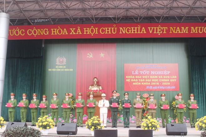 805 tân sỹ quan Cảnh sát Việt Nam và Lào nhận nhiệm vụ tại công an các địa phương ảnh 3