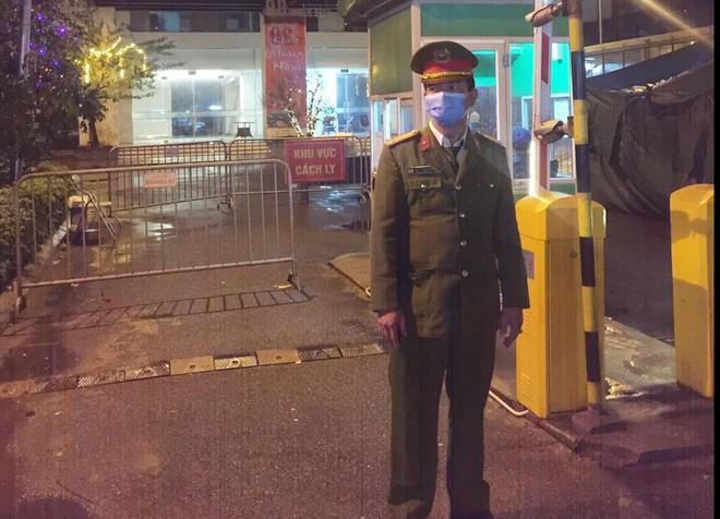 Hà Nội: Lực lượng Công an đội mưa rét trực chốt cách ly chung cư trên đường Trần Bình ảnh 1