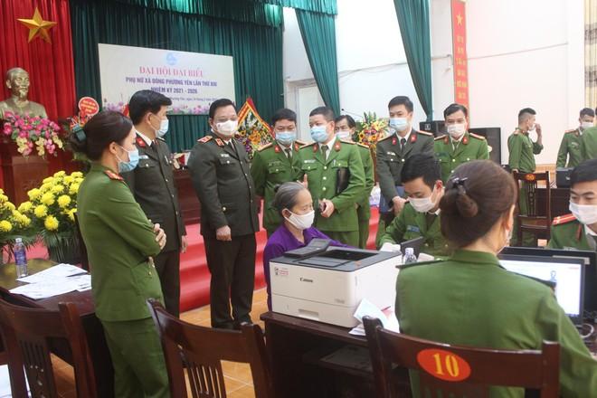 Giám đốc Công an Hà Nội kiểm tra, động viên Công an cơ sở đang ngày đêm cấp Căn cước công dân ảnh 2