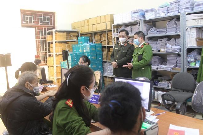Giám đốc Công an Hà Nội kiểm tra, động viên Công an cơ sở đang ngày đêm cấp Căn cước công dân ảnh 3