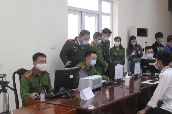 Giám đốc Công an Hà Nội kiểm tra, động viên Công an cơ sở đang ngày đêm cấp Căn cước công dân ảnh 4