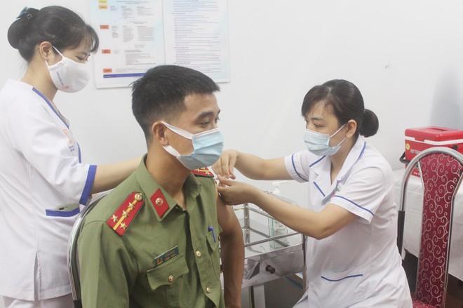 Ngày đầu tiên triển khai tiêm 1.800 liều vaccine Covid-19 cho cán bộ chiến sỹ Công an Thủ đô ảnh 3