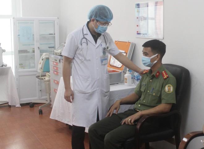 Ngày đầu tiên triển khai tiêm 1.800 liều vaccine Covid-19 cho cán bộ chiến sỹ Công an Thủ đô ảnh 4