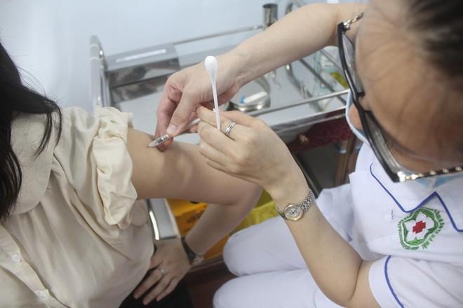Ngày đầu tiên triển khai tiêm 1.800 liều vaccine Covid-19 cho cán bộ chiến sỹ Công an Thủ đô ảnh 2