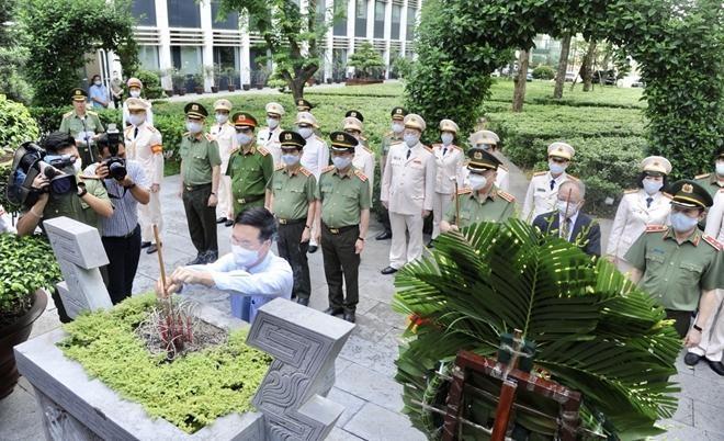 Đảng ủy Công an Trung ương dâng hương tưởng nhớ công lao Chủ tịch Hồ Chí Minh vĩ đại ảnh 4