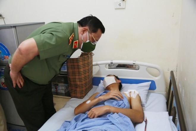 Giám đốc CATP Hà Nội thăm, động viên cán bộ chiến sỹ bị thương trong khi thực hiện nhiệm vụ phòng chống dịch Covid-19 ảnh 2