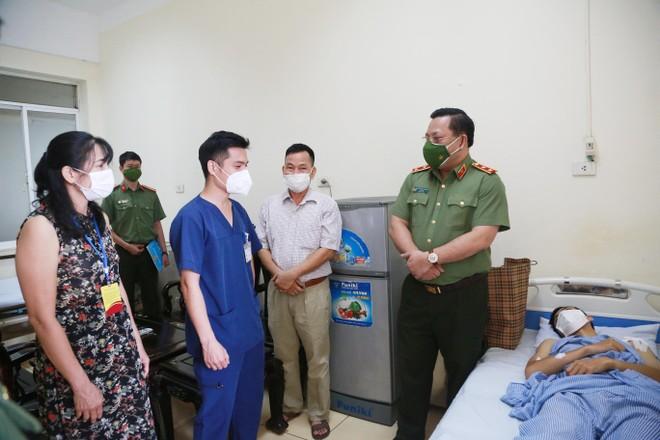 Giám đốc CATP Hà Nội thăm, động viên cán bộ chiến sỹ bị thương trong khi thực hiện nhiệm vụ phòng chống dịch Covid-19 ảnh 3