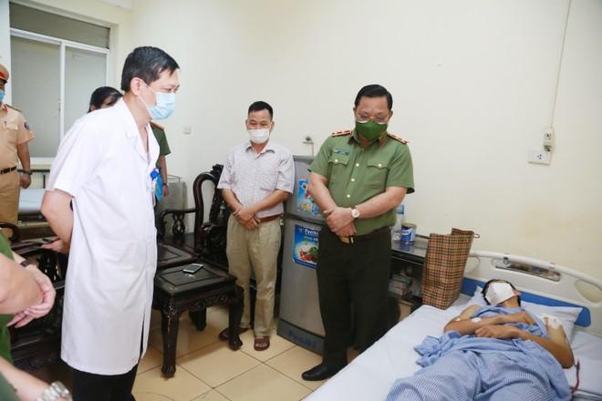 Giám đốc CATP Hà Nội thăm, động viên cán bộ chiến sỹ bị thương trong khi thực hiện nhiệm vụ phòng chống dịch Covid-19 ảnh 1
