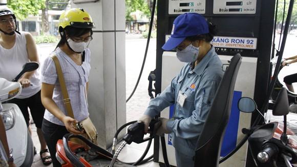 Tăng mức sử dụng quỹ bình ổn để giữ xăng, dầu ảnh 1