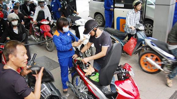 Tiếp tục giữ ổn định giá xăng, dầu ảnh 1