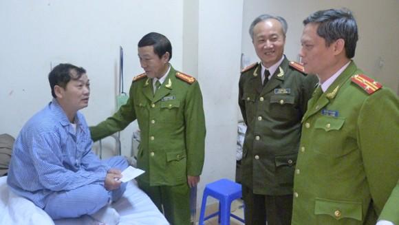 Đại diện Cụm thi đua số 2 - CATP Hà Nội thăm, tặng quà Trung tá Nguyễn Đức Chung