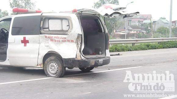 Xe cứu thương chở thi hài về quê, bất ngờ nổ lốp ảnh 5