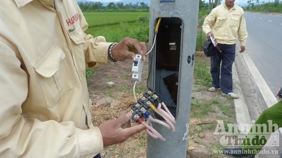 Hộp điện đèn chiếu sáng bị tháo nắp và cắt trộm phần dây cáp truyền điện