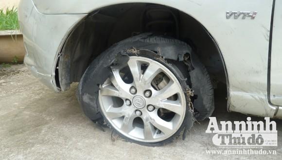 Cận cảnh bánh xe bị lực lượng truy đuổi bắn nổ