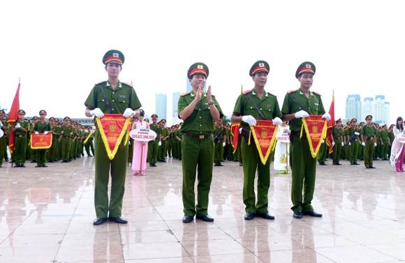 Đại diện Bộ Công an và Sở cảnh sát PCCC thành phố Hà Nội trao cờ cho các đơn vị xuất sắc.