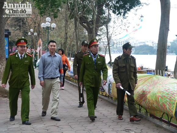 Lực lượng công an tuần tra quanh Hồ Hoàn Kiếm
