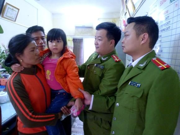 Chiều 29 Tết, cảnh sát tìm thấy cháu bé bị lạc ven đại lộ Thăng Long ảnh 1